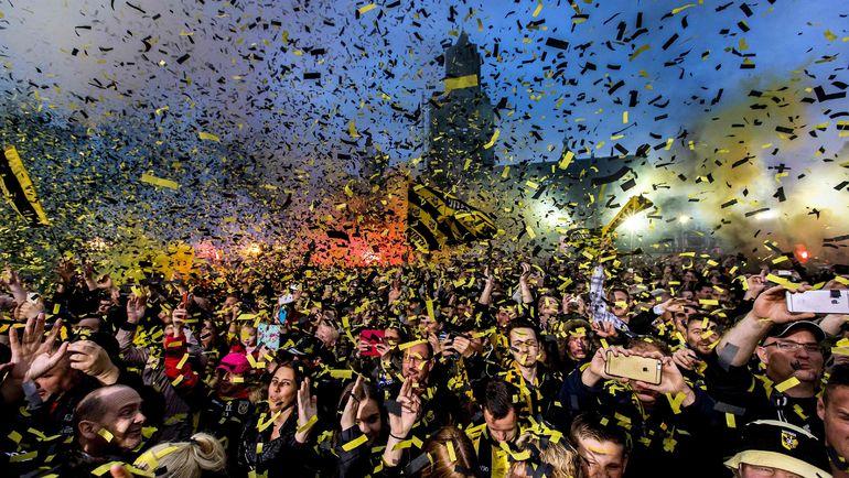 """1 мая 2017 года. Арнем. Фанаты """"Витесса"""" празднуют главный успех в истории клуба - победу в Кубке Голландии. Фото AFP"""