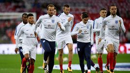 Харри КЕЙН (третий слева) и другие футболисты английской сборной рискуют пропустить чемпионат мира-2018 из-за своих политиков.