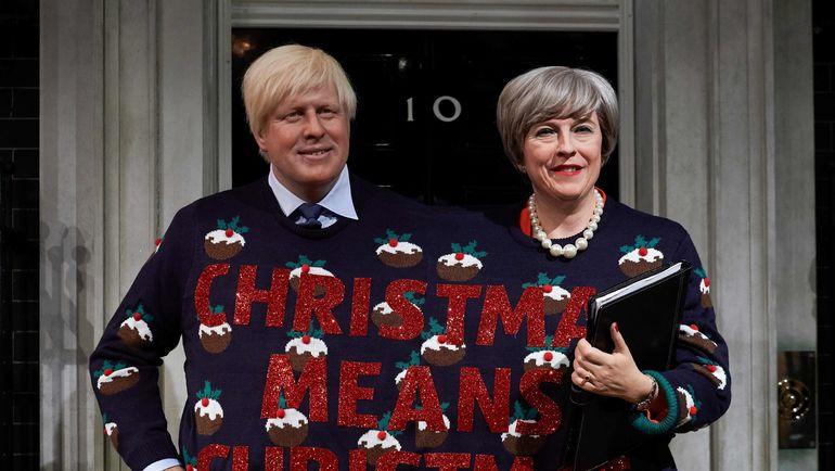 Это не настоящие Тереза Мэй и Борис Джонсон. Восковые фигуры первых лиц правительства Великобритании поздравляют всех с Рождеством. А подарят ли реальные чиновники кому-то путевку на ЧМ-2018 вместо сборной Англии? Фото AFP