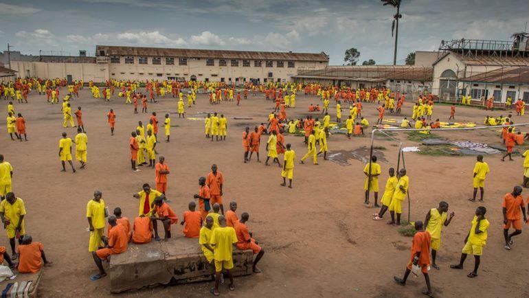 Заключенные играют в футбол. Фото vice.com