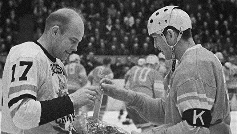 17 марта 1963 года. Стокгольм. СССР - Канада - 4:2. Капитан советской сборной Борис МАЙОРОВ (справа).