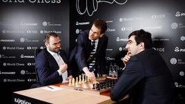 Мартин ХОФФМАН делает первый ход в матче Шахрияр МЕМЕДЬЯРОВ – Владимир КРАМНИК.