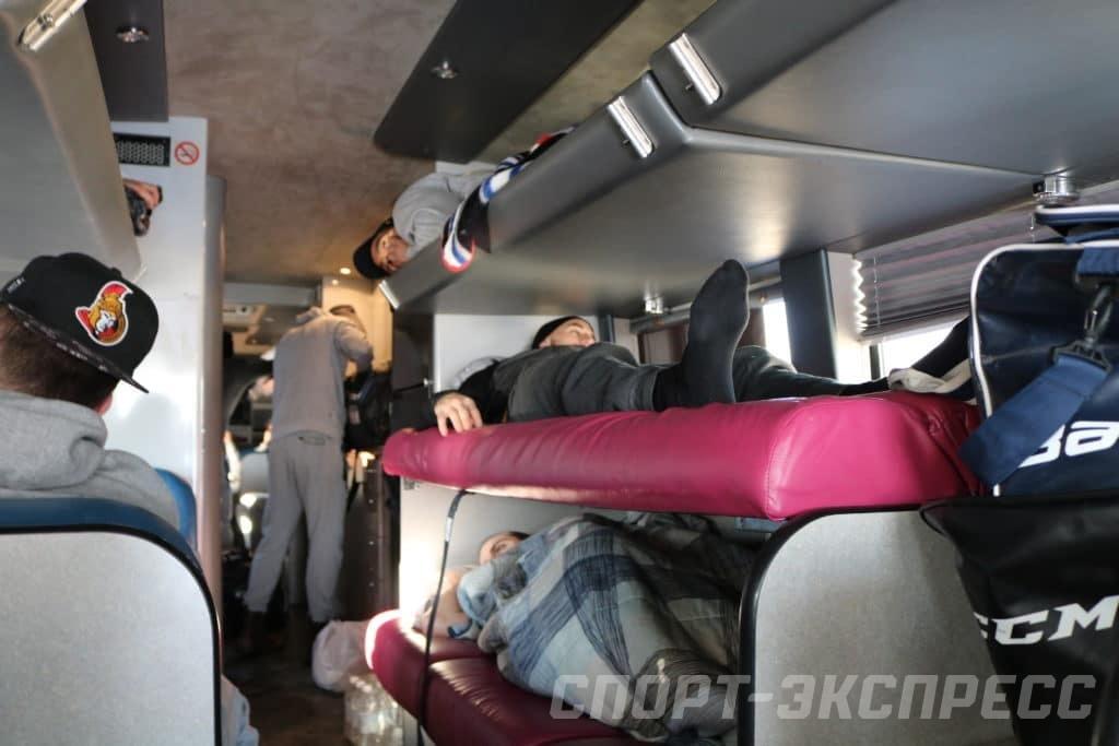 daet-v-rot-v-avtobuse-blondinku-ebut-na-palube-video-onlayn