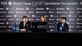 Сергей КАРЯКИН (слева) одержал первую победу на турнире претендентов, обыграв Уэсли СО.