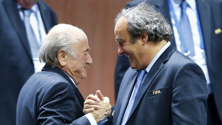 29 мая 2015 года. Цюрих. Президент УЕФА Мишель ПЛАТИНИ поздравляет Йозефа БЛАТТЕРА с переизбранием президентом ФИФА. Фото AFP