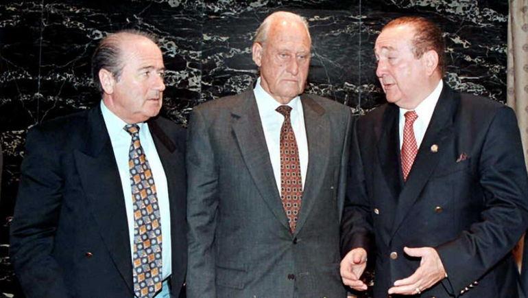 1996 год. Йозеф БЛАТТЕР (слева) и Жоау АВЕЛАНЖ (в центре). Фото AFP
