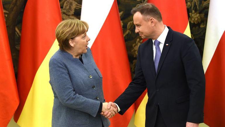 Президент Польша Анджей ДУДА (справа) и канцлер ФРГ Ангела МЕРКЕЛЬ. Фото AFP