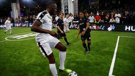 Болт сыграл в футбол с Марадоной
