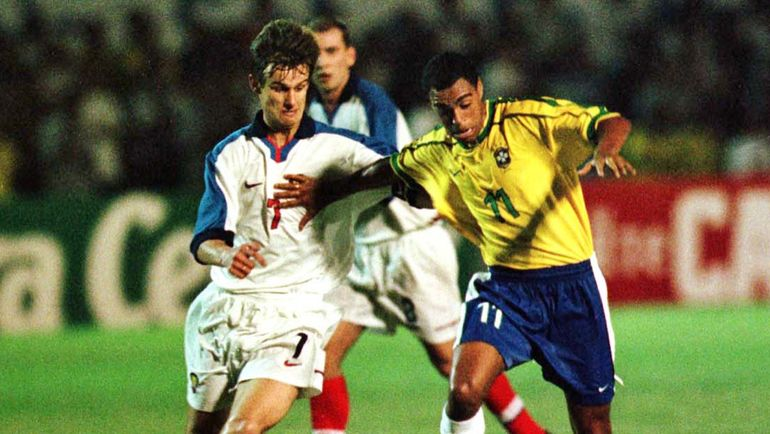 18 ноября 1998 года. Форталезе. Бразилия - Россия - 5:1. Сергей СЕМАК и ДЕНИЛСОН. Фото REUTERS