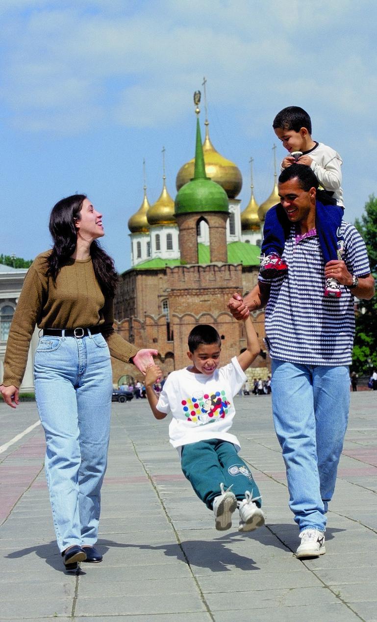 ЭЛИЭЛ с женой и детьми на главной площади Тулы на фоне Кремля. Фото Андрей ГОЛОВАНОВ и Сергей КИВРИН