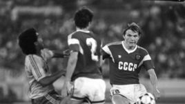1 октября 1988 год. Сеул. СССР - Бразилия - 2:1. Сергей ГОРЛУКОВИЧ (справа) против РОМАРИО.