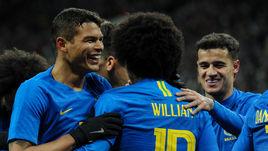 Пятница. Москва. Лужники. Россия - Бразилия - 0:3. Бразильцы праздную очередное взятие ворот россиян.