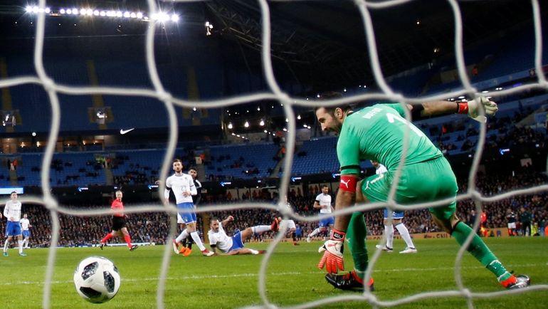 Пятница. Манчестер. Аргентина - Италия - 1:0. Мяч влетает в сетку ворот Джанлуиджи БУФФОНА. Фото Reuters