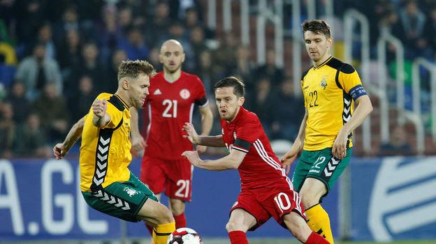 Суббота. Тбилиси. Грузия - Литва - 4:0. Джано АНАНИДЗЕ (в центре) получил в этой игре тяжелую травму. Фото Reuters