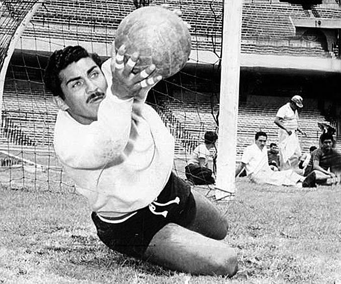 Легендарный мексиканский вратарь Антонио КАРБАХАЛЬ. Фото AFP