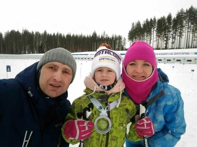 Вероника Рицкова и ее родители с медалью, которую подарил Мартен Фуркад