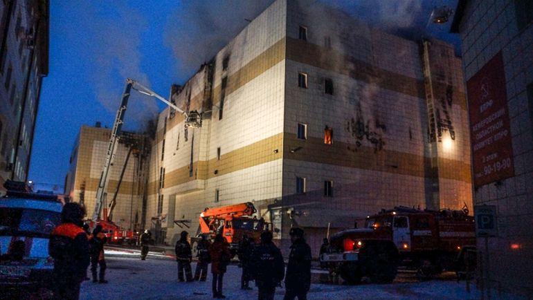 Понедельник. Кемерово. Пожар в торговом центре. Фото AFP
