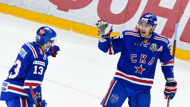 Илья КОВАЛЬЧУК (справа) и Павел ДАЦЮК. Фото Сергей ФЕДОСЕЕВ, ХК СКА/SKA.RU