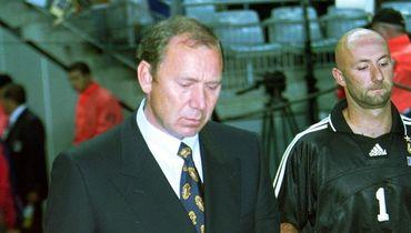 5 июня 1999 года. Сен-Дени. Франция – Россия – 2:3. Олег РОМАНЦЕВ и Фабьен БАРТЕЗ перед матчем.