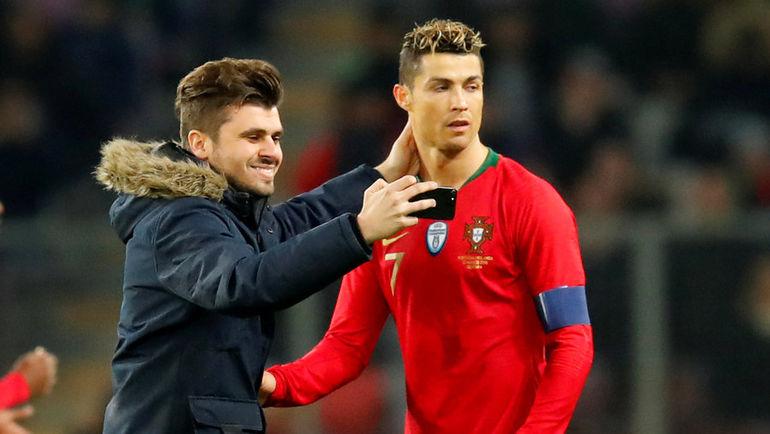 Понедельник. Женева. Португалия - Голландия - 0:3. Болельщик выбежал на поле, чтобы сфотографироваться с КРИШТИАНУ РОНАЛДУ. Фото Reuters