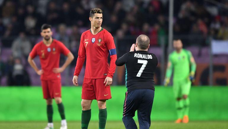 Понедельник. Женева. Португалия - Голландия - 0:3. Болельщики выбегали к КРИШТИАНУ РОНАЛДУ один за другим. Фото AFP