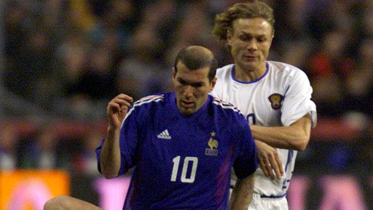 2002 год. Франция - Россия - 0:0. Зинедин ЗИДАН и Валерий КАРПИН (на заднем плане). Фото REUTERS