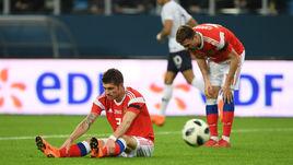 Вчера. Санкт-Петербург. Россия - Франция - 1:3. 40-я минута. Только что Кильян МБАППЕ (№10) обыграл Романа НОЙШТЕДТЕРА (№3) и забил первый гол. Во втором тайме ситуация повторится.
