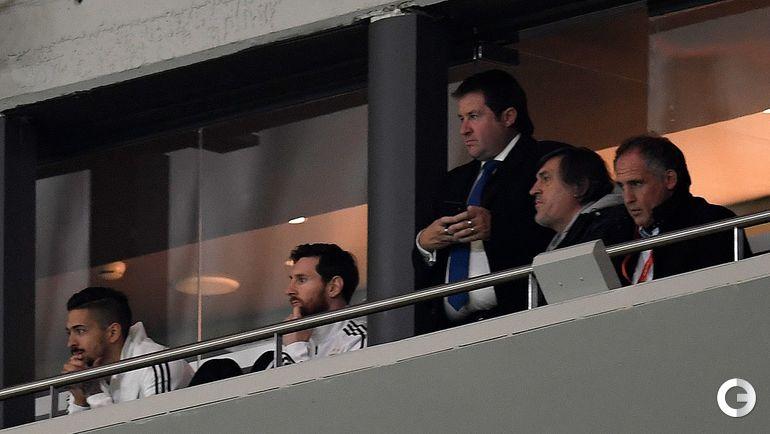 Вчера. Мадрид. Испания - Аргентина - 6:1. Лионель МЕССИ (второй слева) смотрел за разгромом своей команды с трибун.