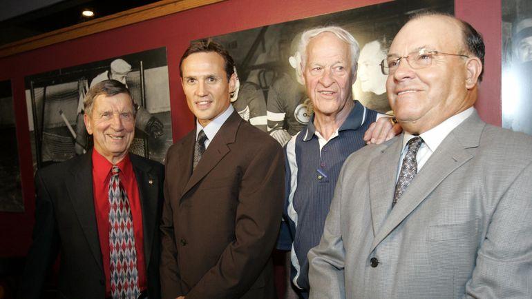 Скотти БОУМЭН (справа), Горди ХОУ (второй справа), Стив АЙЗЕРМАН (второй слева) и Тед ЛИНДСЭЙ. Фото Reuters
