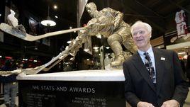 Горди ХОУ со своей бронзовой скульптурой в Детройте.
