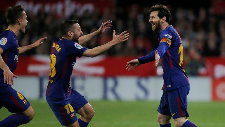 """Суббота. Севилья. """"Севилья"""" - """"Барселона"""" - 2:2. Лионель МЕССИ (справа) празднует забитый гол. Фото REUTERS"""