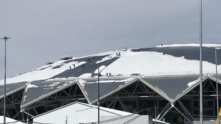 Рабочие сбрасывают снег с крыши стадиона в Самаре после воскресного снегопада. Фото Михаил ГОНЧАРОВ, «СЭ»