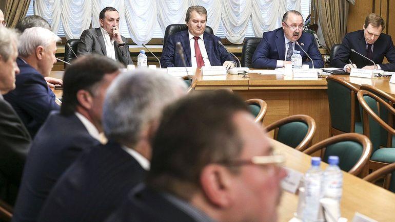 В президиуме - Валерий ГАЗЗАЕВ (второй справа) и Евгений ГИНЕР (слева).