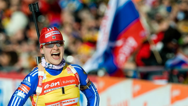 25 января 2009 года. Антерсельва. Екатерина ЮРЬЕВА празднует победу в масс-старте на Кубке мира. Фото AFP
