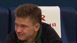 """Полузащитник """"Краснодара"""" Олег ШАТОВ плачет на скамейке запасных."""