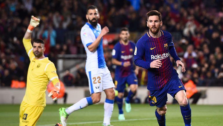 """Суббота. Барселона. """"Барселона"""" – """"Леганес"""" - 3:1. 87-я минута. Лионель МЕССИ (справа) оформил свой 40-й хет-трик за каталонскую команду. Фото AFP"""