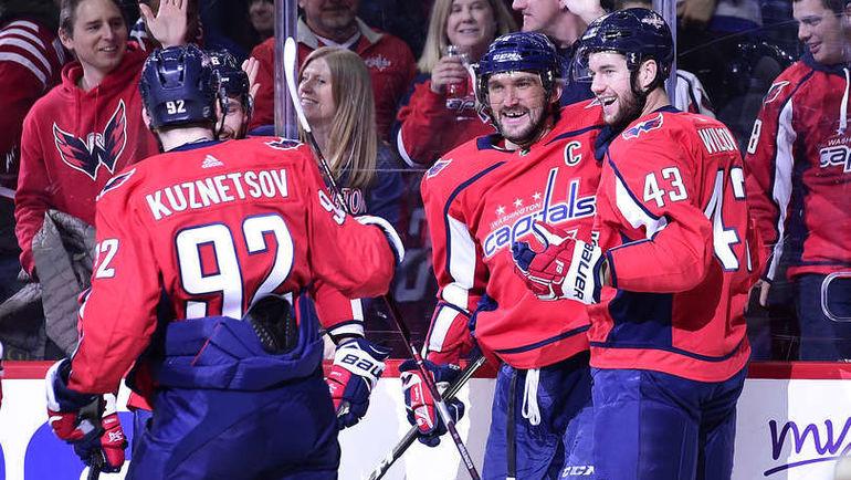 Александр ОВЕЧКИН (в центре) стал лучшим снайпером НХЛ в этом сезоне. Фото НХЛ