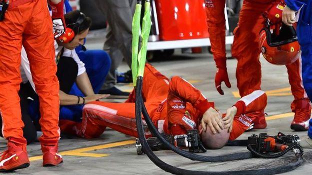 Вчера. Сахир. Франческо СИГАРИНИ (лежит) получил серьезные травмы, а Кими Райкконен к нему даже не подошел. Фото AFP
