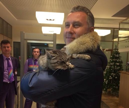 Александр МОГИЛЬНЫЙ и звездная кошка. Фото primgazeta.ru