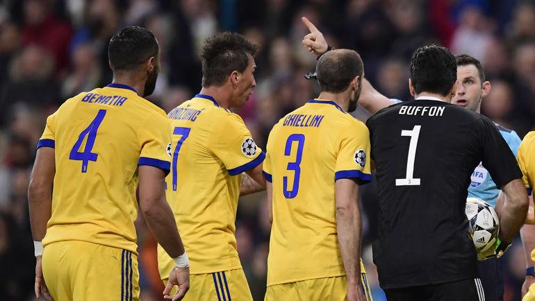 """Среда. Мадрид. """"Реал"""" - """"Ювентус"""" - 1:3. Джанлуиджи БУФФОН (№1) и его партнеры атакуют арбитра Майкла ОЛИВЕРА. Фото AFP"""