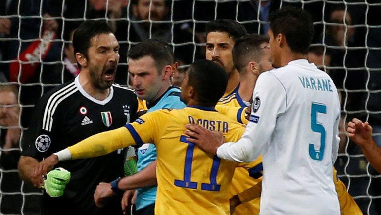 """Среда. Мадрид. """"Реал"""" - """"Ювентус"""" - 1:3. Джанлуиджи БУФФОН спорит с арбитром. Фото Reuters"""