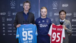 "Боб ""Ajax Bob"" ван Уден (в центре)."