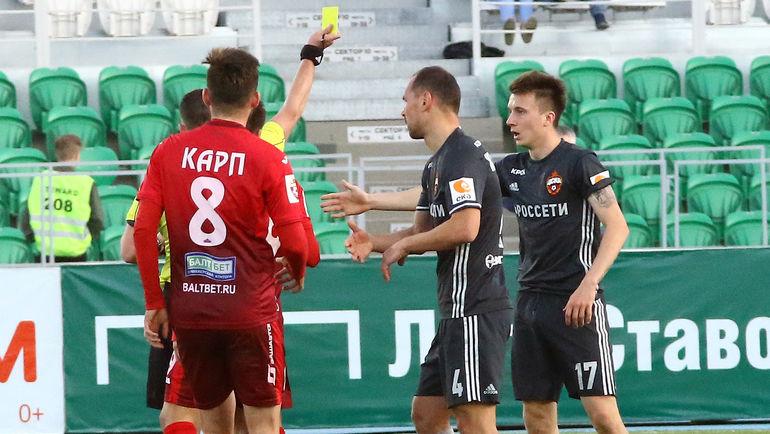 Воскресенье. Уфа. Александр ГОЛОВИН (справа) ударил Бояна Йокича, но получил только желтую карточку. Фото Валерий ШАХОВ