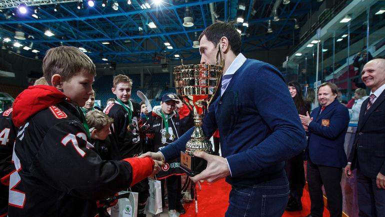 Павел ДАЦЮК (справа) с юными хоккеистами.