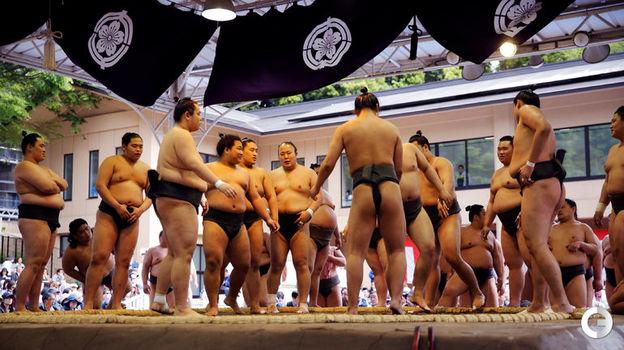 Понедельник. Токио. Турнир сумо в святилище Ясукуни. Фото Reuters