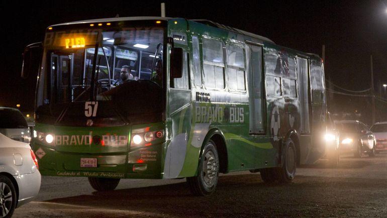 """Автобус для болельщиков """"Бравос"""" от пограничного пункта США - Мексика до стадиона. Фото El Pais"""