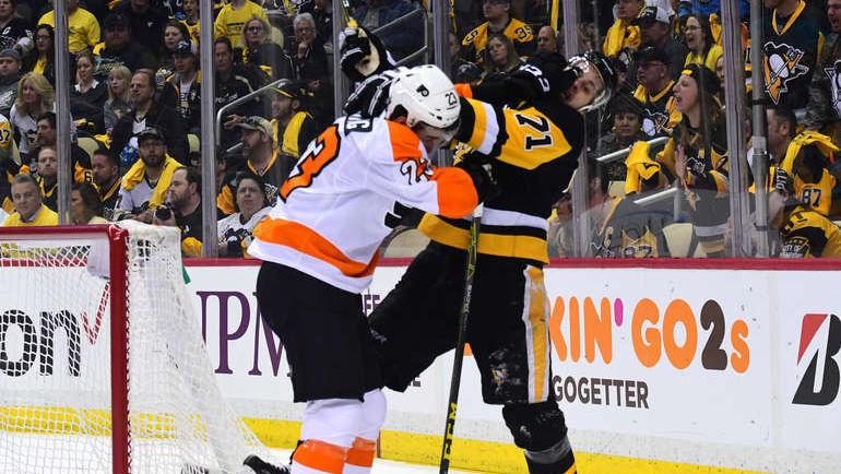 """Сегодня. Питтсбург. """"Питтсбург"""" - """"Филадельфия"""" - 1:4. Евгений МАЛКИН в стычке с Брэндоном МЭННИНГОМ. Фото NHL.com"""