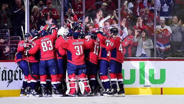 """Суббота. Вашингтон. """"Вашингтон"""" - """"Коламбус"""" - 4:3 ОТ. Игроки """"Кэпиталз"""" празднуют победу. Фото Официальный сайт НХЛ"""