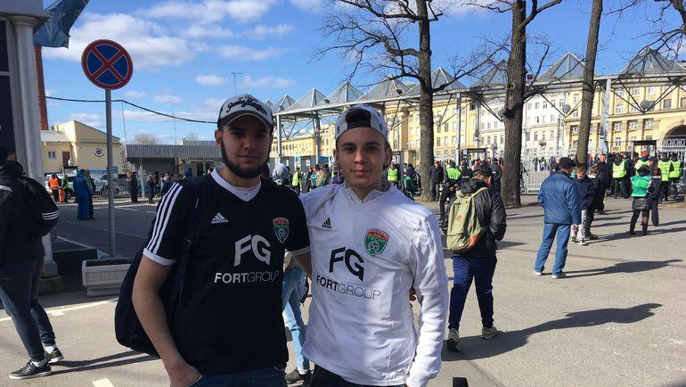 """Максимилиан (справа) с другом перед матчем с """"Амкаром""""."""