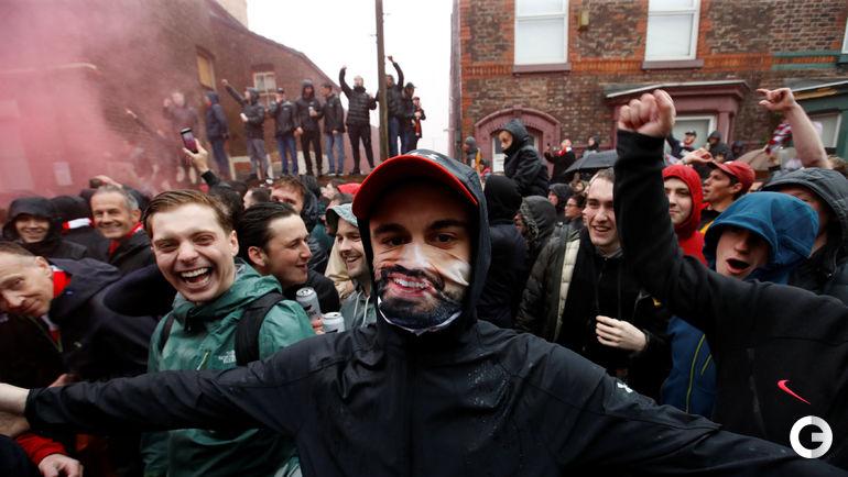 """Вторник. Ливерпуль. Фанат в маске игрока """"Ливерпуля"""" Мохамеда Салаха перед матчем англичан с """"Ромой""""."""